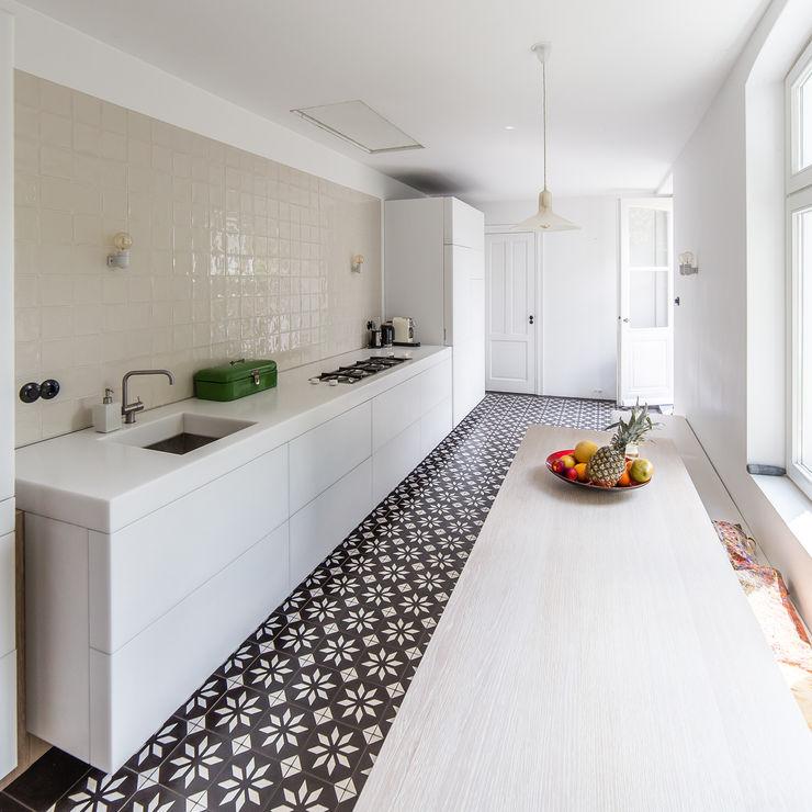 ZOOM.INDUSTRIES Cocinas modernas Azulejos Blanco