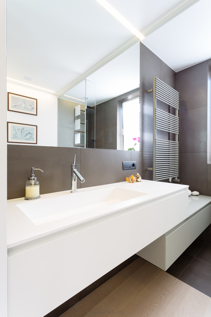 Lemayr Thomas Minimalist style bathroom