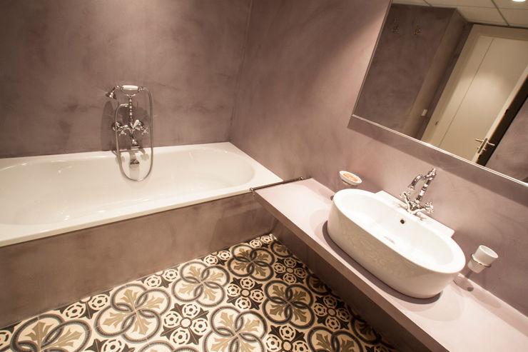 Microcemento en un baño microcementos.info Oficinas y tiendas de estilo industrial Hormigón Marrón