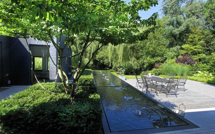 Strakke tuin tegen groene achtergrond Sparq Tuinen Moderne tuinen