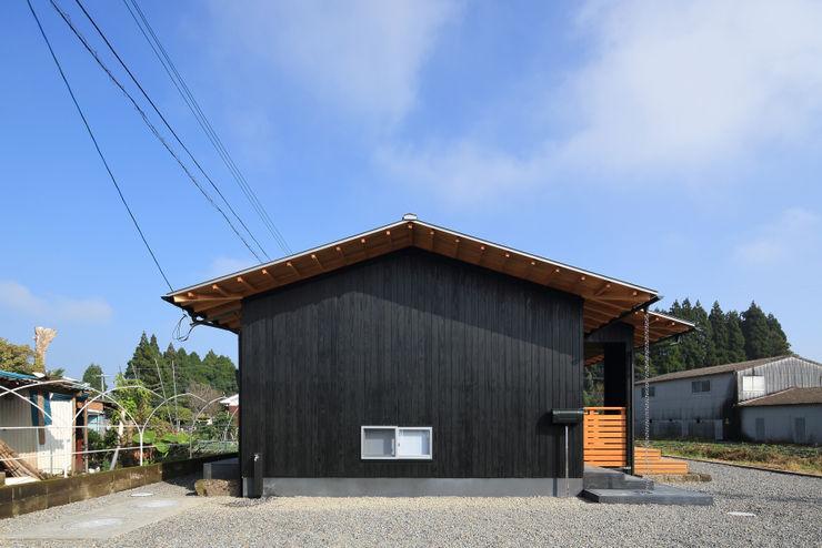 ㈱ライフ建築設計事務所 Minimalist houses Wood Black
