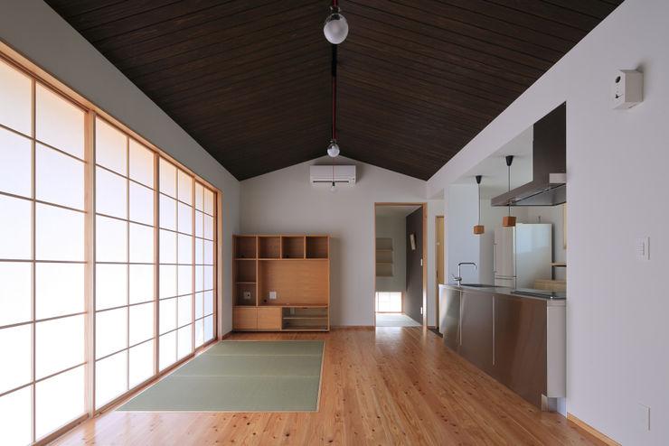 リビング ㈱ライフ建築設計事務所 ミニマルデザインの リビング 木