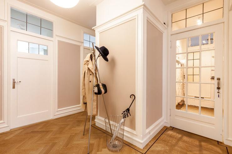 Aangenaam Interieuradvies Pasillos, vestíbulos y escaleras de estilo moderno