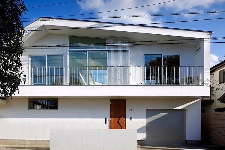 「水と光のある暮らし」吉祥寺のプールハウス 外観 TAMAI ATELIER モダンな 家 白色