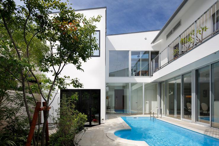 「水と光のある暮らし」吉祥寺のプールハウス 外観とプール TAMAI ATELIER モダンな 家