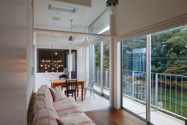 「水と光のある暮らし」吉祥寺のプールハウス コンサバトリー TAMAI ATELIER モダンな 家