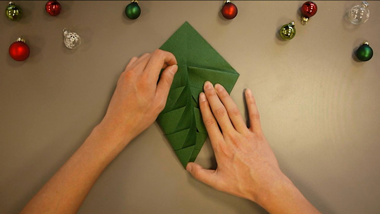 Christmas Tree Napkin Folding DIY Step 10 homify Dining roomAccessories & decoration Paper Green