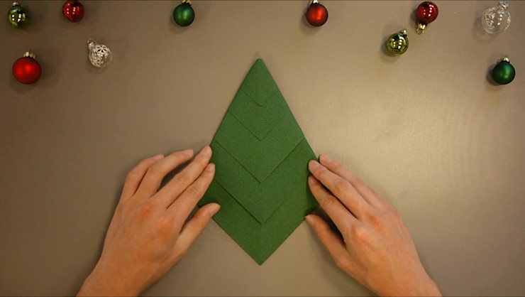 Christmas Tree Napkin Folding DIY Step 11 homify Dining roomAccessories & decoration Paper Green
