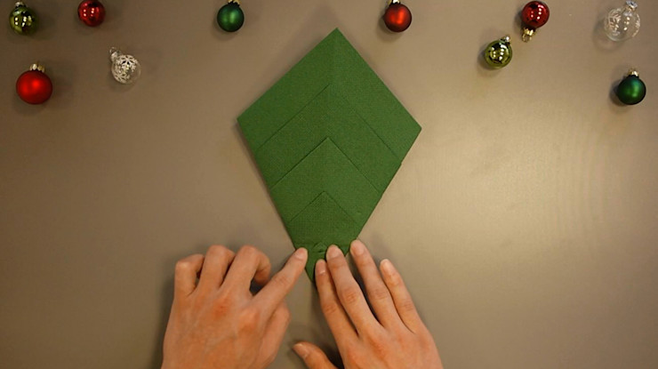 Christmas Tree Napkin Folding DIY Step 14 homify Dining roomAccessories & decoration Paper Green