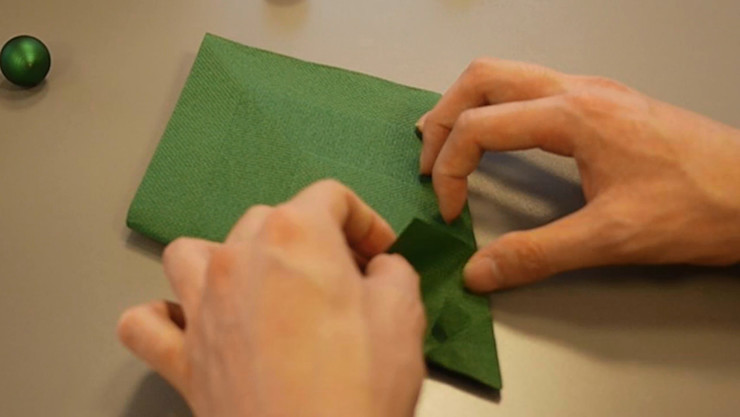 Christmas Tree Napkin Folding DIY Step 15 homify Dining roomAccessories & decoration Paper Green