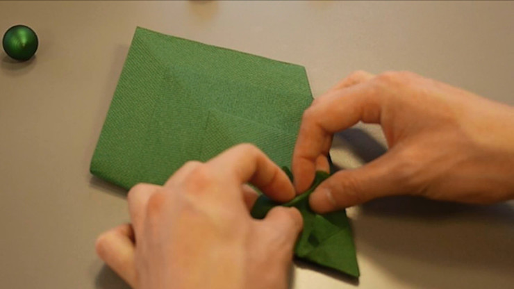 Christmas Tree Napkin Folding DIY Step 17 homify Dining roomAccessories & decoration Paper Green