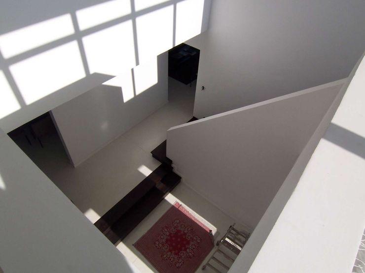 CIBA ARQUITECTURA Modern Corridor, Hallway and Staircase White