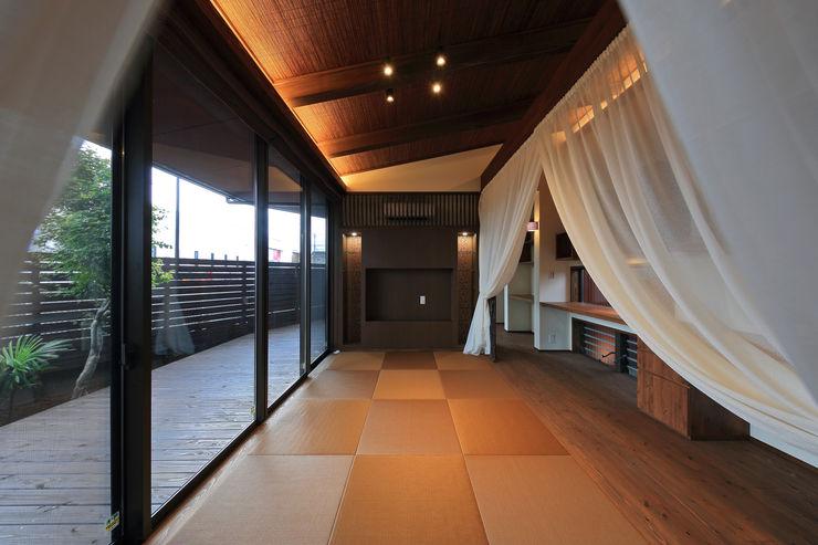アジアンな個性派 平屋住宅 ing-環境設計室 和風デザインの リビング