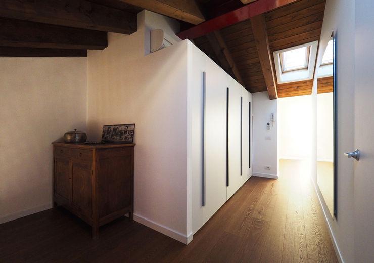 LASAstudio Moderner Flur, Diele & Treppenhaus Holz Braun