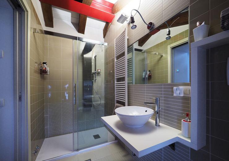 LASAstudio Casas de banho modernas Madeira Branco