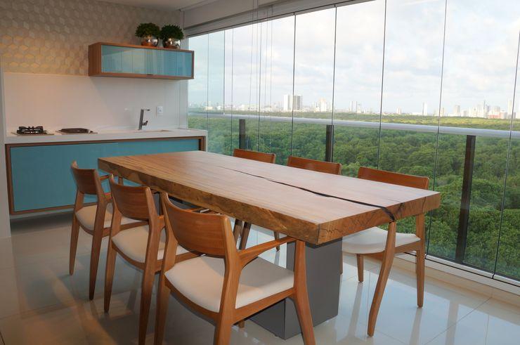 Varandas Ju Nejaim Arquitetura Varandas, alpendres e terraços modernos Madeira Azul