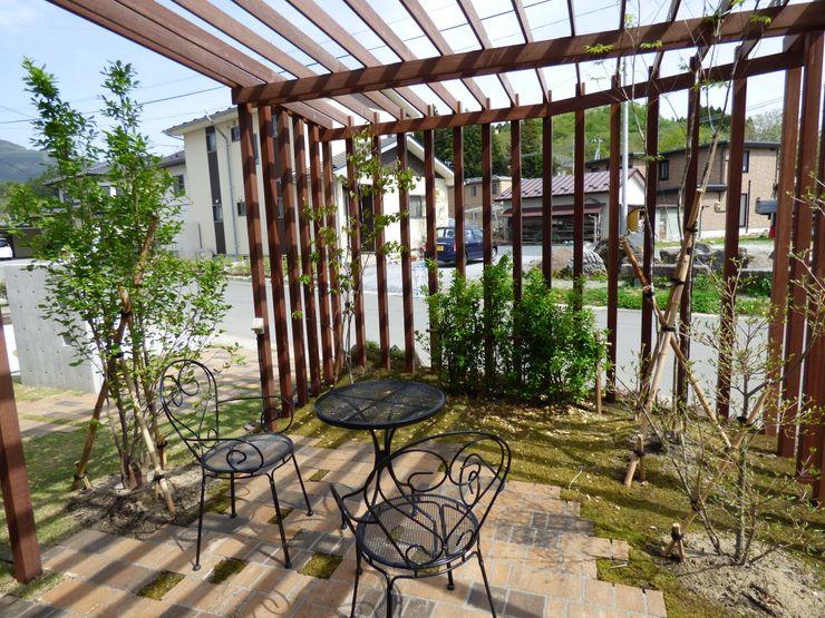 エクステリアモミの木   エクステリア&ガーデンデザイン専門店 Jardines de estilo ecléctico Madera Acabado en madera