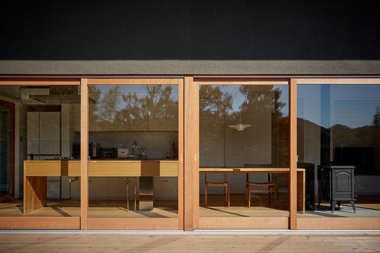 toki Architect design office Nowoczesne okna i drzwi Drewno Przeźroczysty