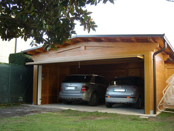 Garage doppio con basculante unico Arredo urbano service srl Garage/Rimessa in stile classico Legno