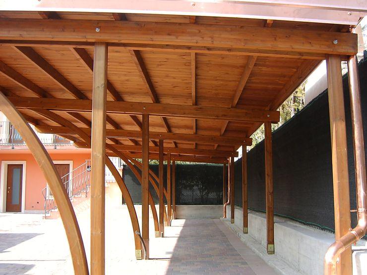 Carport in legno Arredo urbano service srl Garage/Rimessa in stile classico Legno massello Effetto legno