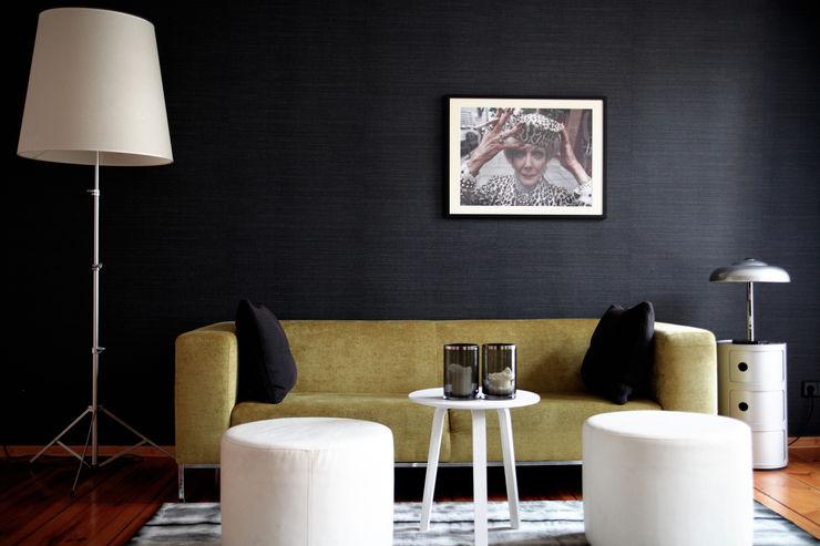 THE INNER HOUSE Salas de estar modernas Preto