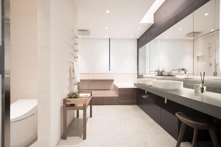 Sensearchitects Limited Baños de estilo moderno Piedra Beige