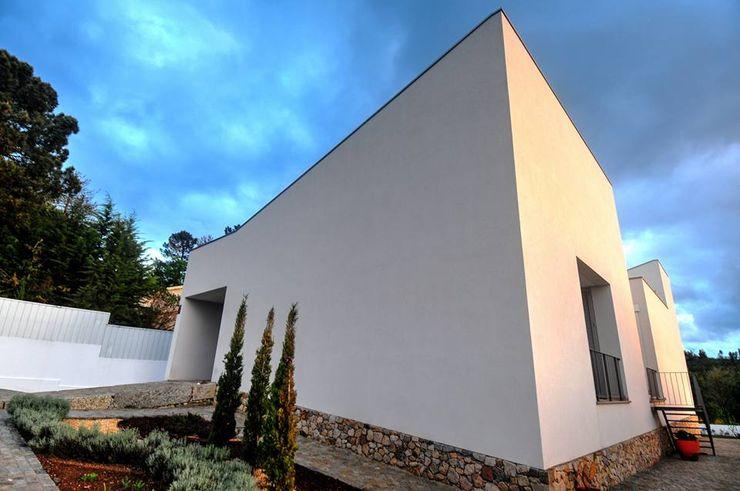 Oficina de Conceitos Minimalist houses Granite White