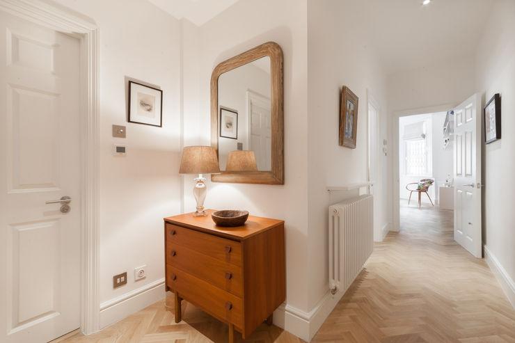 Hallway with eclectic furnishings and herringbone wood floor Timothy James Interiors Couloir, entrée, escaliers originaux Bois Blanc