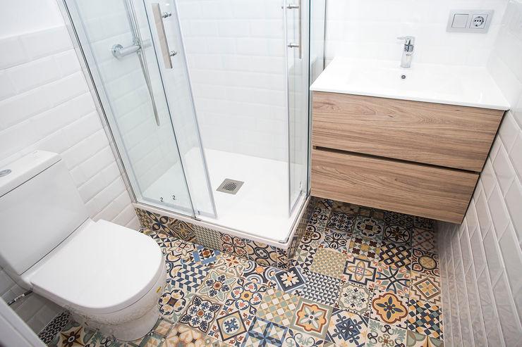 Grupo Inventia Phòng tắm phong cách Địa Trung Hải Gạch ốp lát White