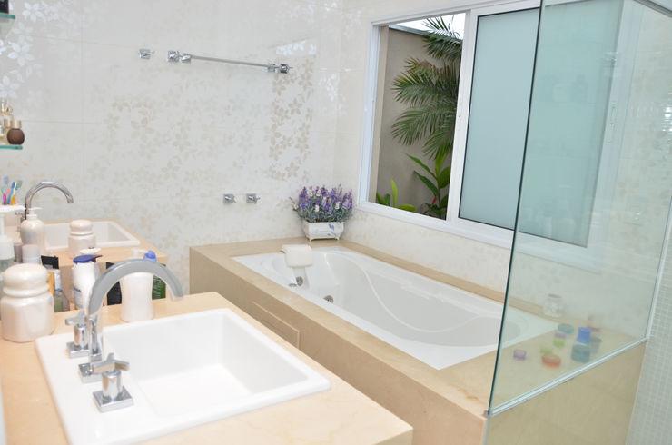 Banheiro branco Paula Ferro Arquitetura Banheiros clássicos Branco