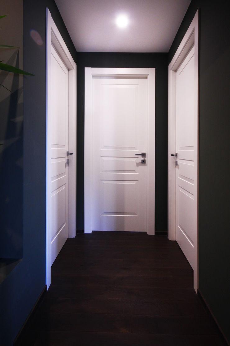 DISIMPEGNO DELLA ZONA NOTTE Andrea Orioli Ingresso, Corridoio & Scale in stile minimalista Verde