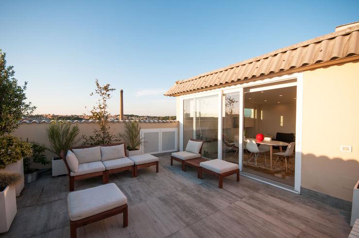 Ristrutturazione appartamento 50 mq Fabiola Ferrarello 陽台、門廊與露臺 配件與裝飾品 木頭 White