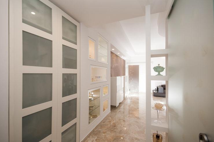 Ristrutturazione zona giorno Fabiola Ferrarello Ingresso, Corridoio & Scale in stile classico MDF Bianco