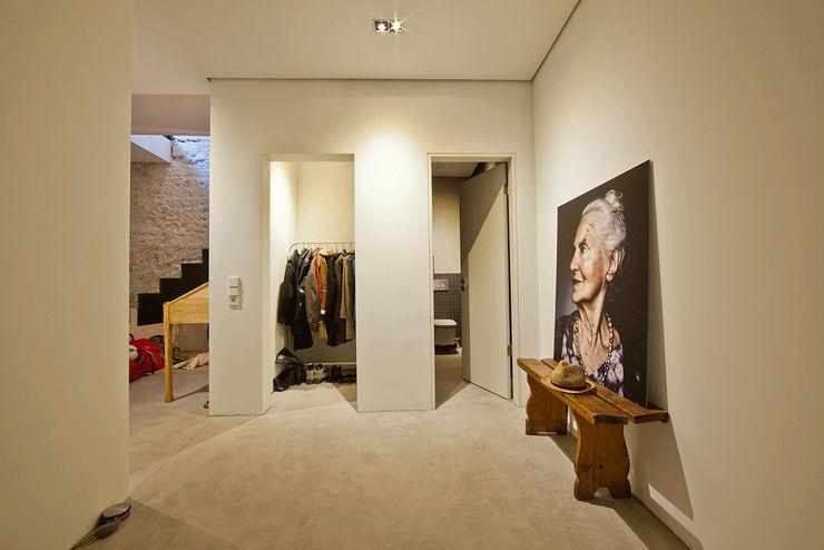 CIP Architekten Ingenieure الممر الحديث، المدخل و الدرج الخرسانة White