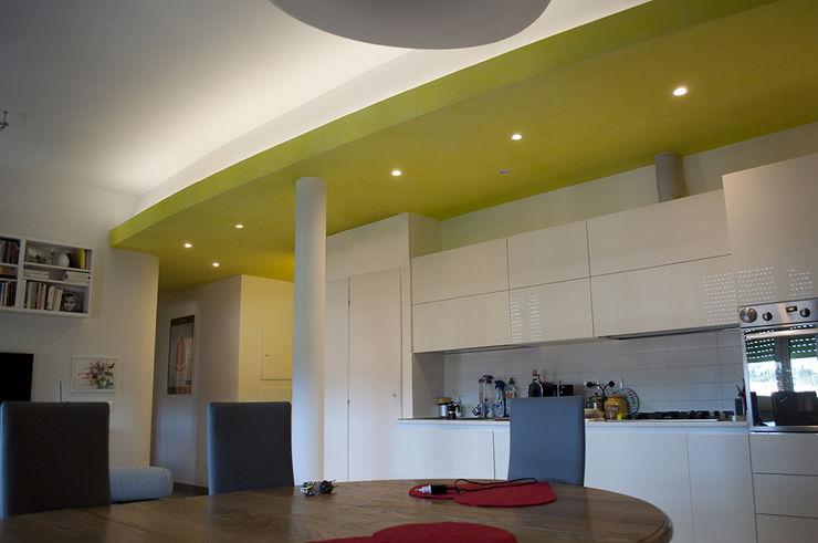 cucina open space su soggiorno Claudio Renato Fantone Architetto - laboratorio di architettura olistica Soggiorno minimalista