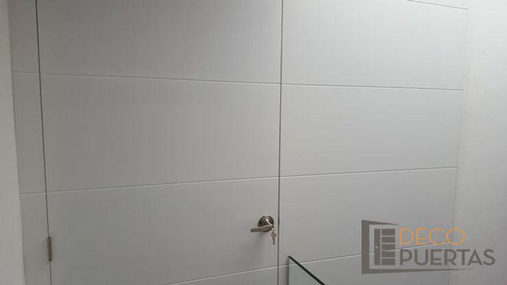 Puerta con panel fijo completo en toda la pared DECOPUERTAS Puertas y ventanas de estilo moderno Madera Blanco