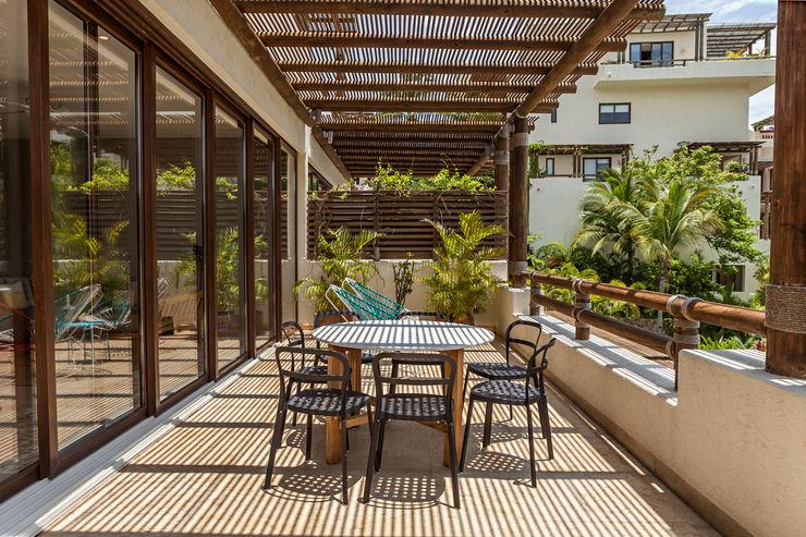 MORADA CUATRO Moderner Balkon, Veranda & Terrasse