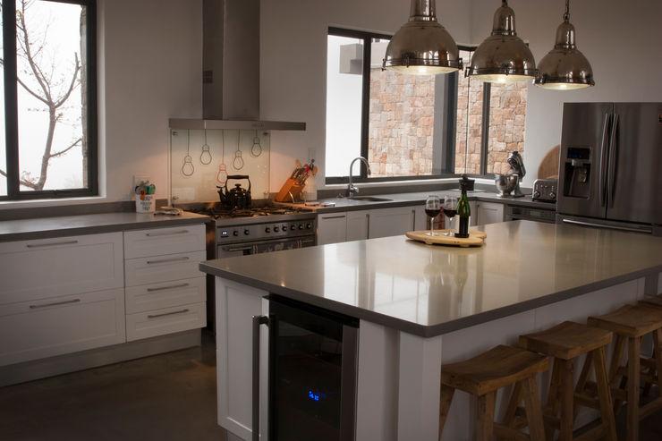 Open plan kitchen Urban Habitat Architects Kitchen