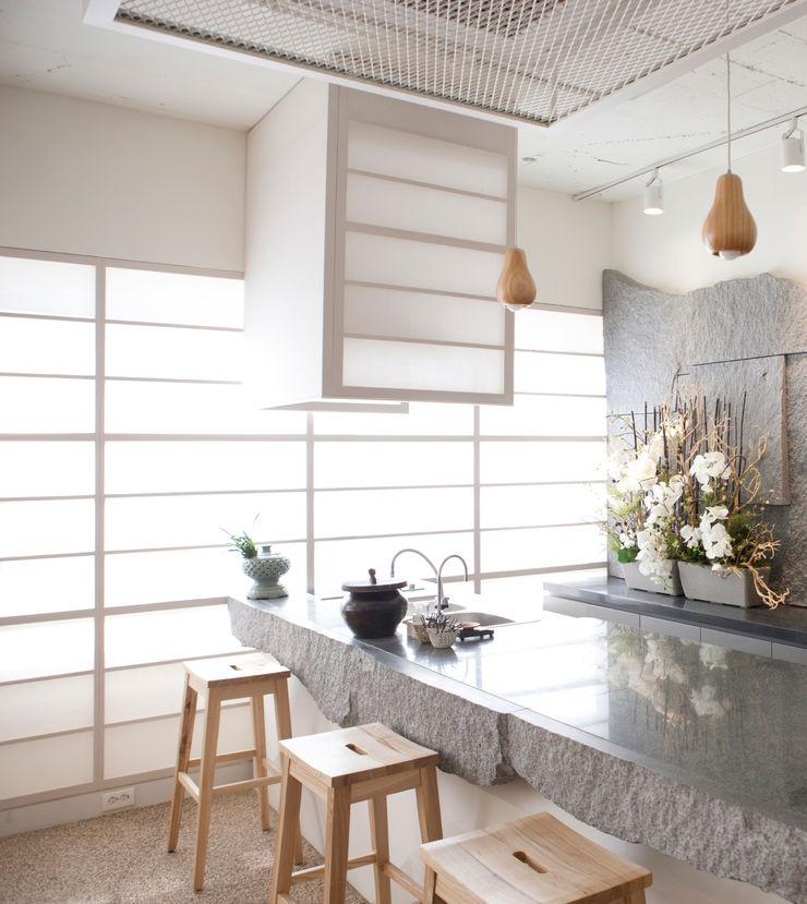 Natural Elements Kitchen Gracious Luxury Interiors Minimalist kitchen Grey