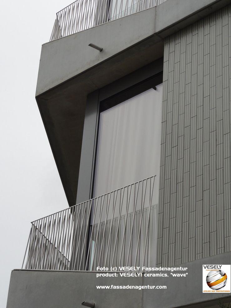 Projekt LA ROCH VESELY Fassadenagentur Ausgefallene Bürogebäude Fliesen Grau