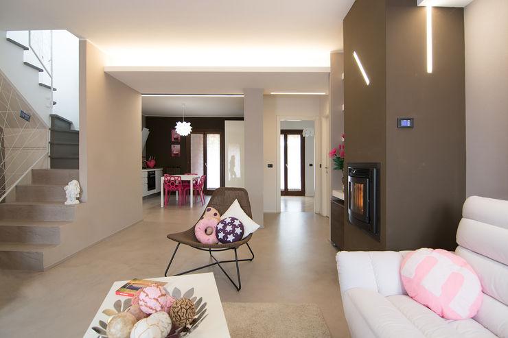 Living room open space Rachele Biancalani Studio Soggiorno moderno Cemento Rosa