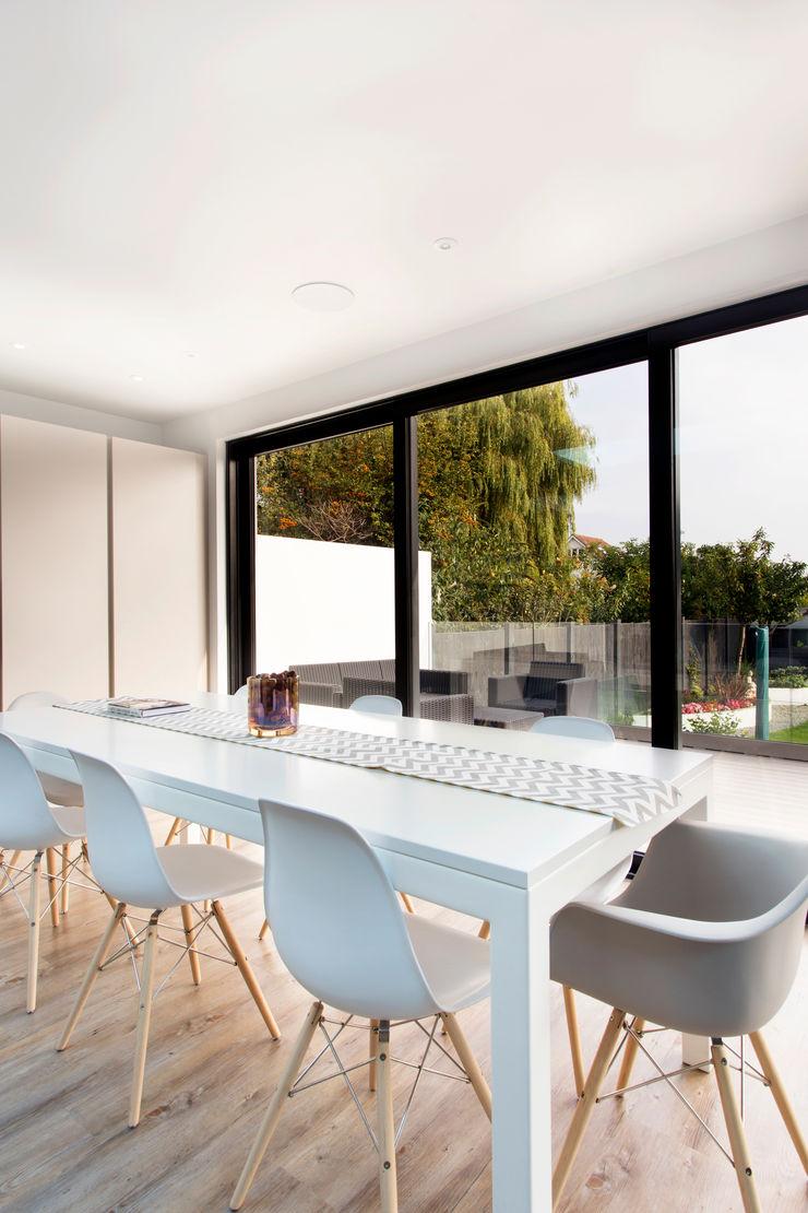 Discreet Speakers in ceiling Link It Solutions Ltd Comedores de estilo moderno