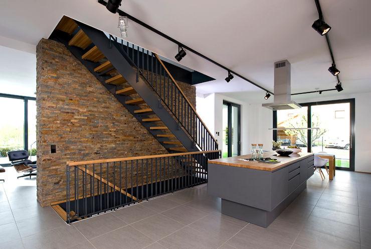 Moderne Treppe Heinz von Heiden GmbH Massivhäuser Moderner Flur, Diele & Treppenhaus