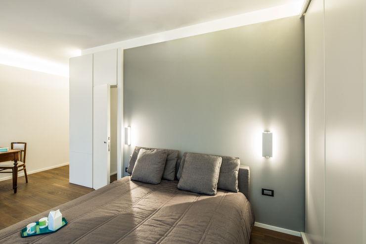 PLUS ULTRA studio Chambre minimaliste Gris