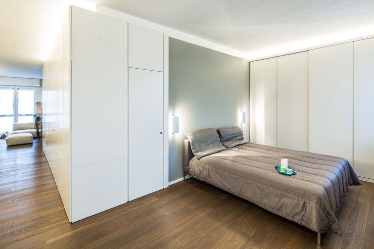 Camera da letto e boiseries PLUS ULTRA studio Camera da letto minimalista Grigio