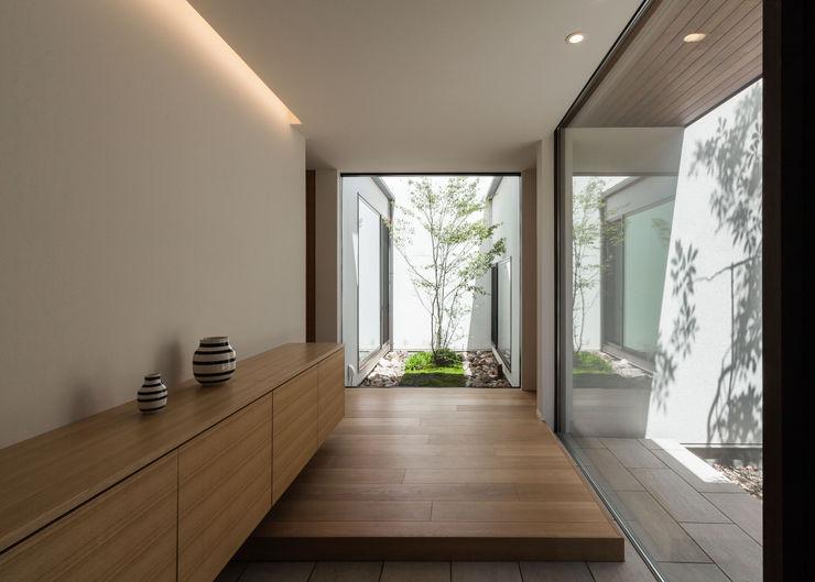平屋建てのコートハウス Architet6建築事務所 モダンスタイルの 玄関&廊下&階段 ガラス ベージュ
