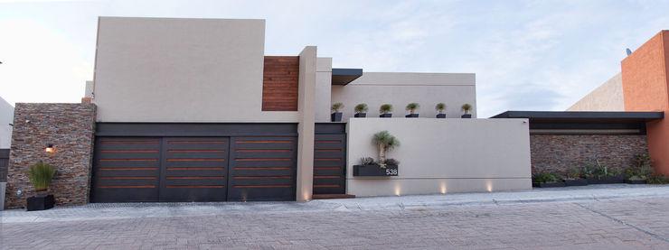 Fachada principal. Loyola Arquitectos Casas de estilo moderno