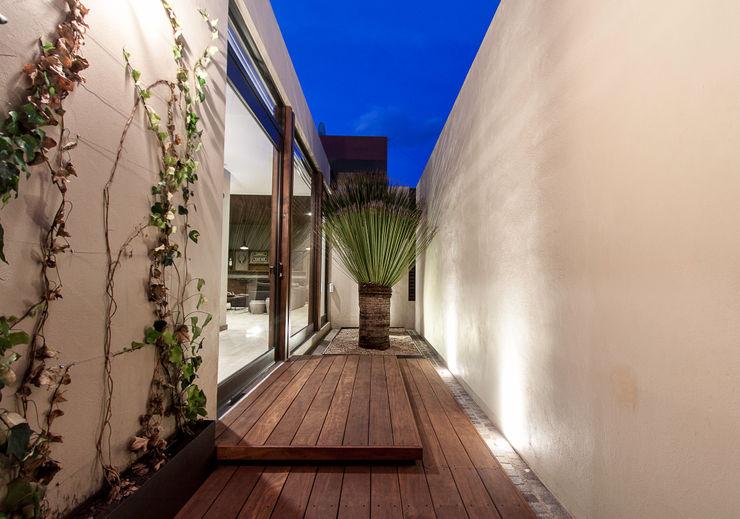 Acceso principal Loyola Arquitectos Casas modernas