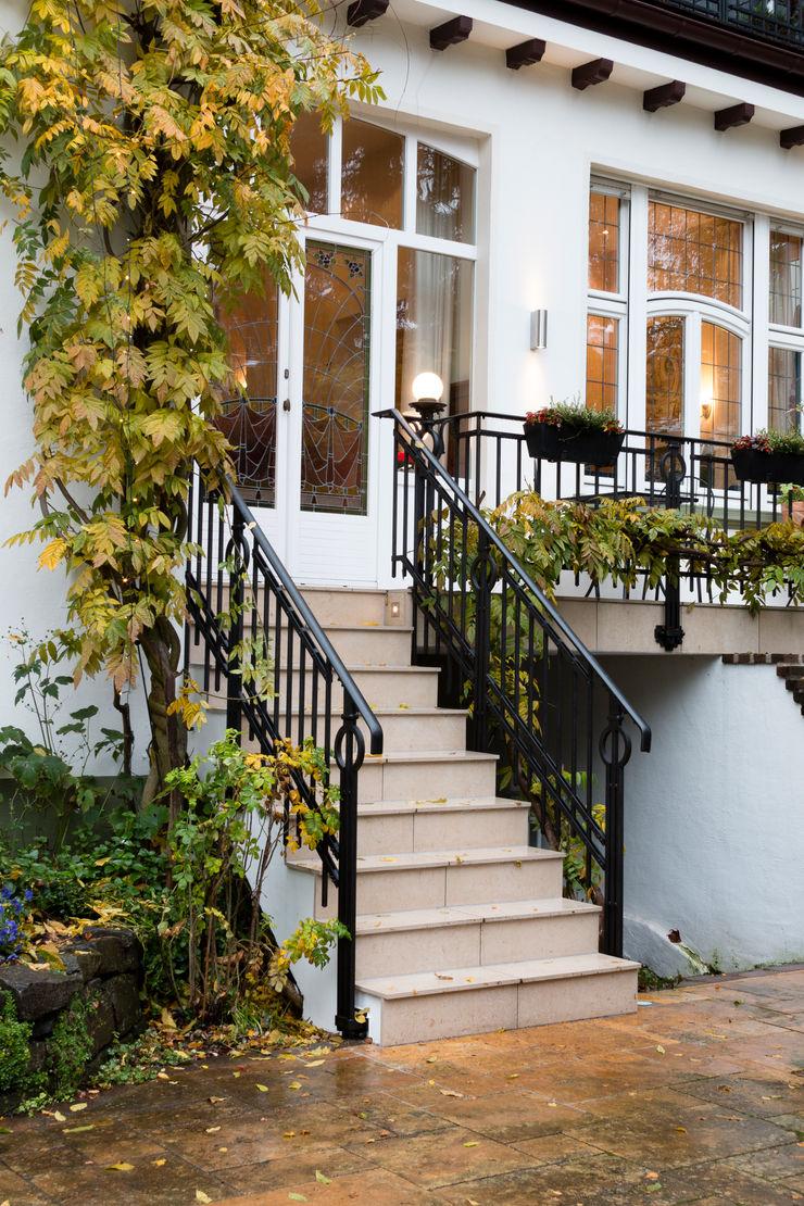 28 Grad Architektur GmbH Classic style balcony, veranda & terrace