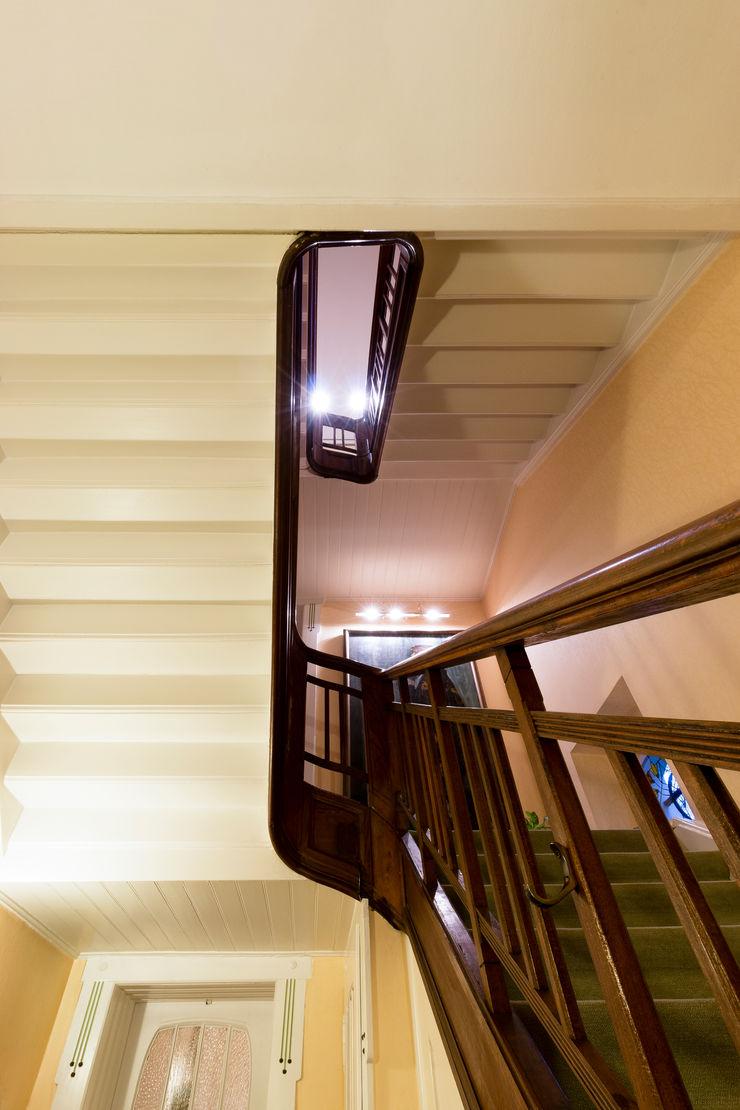 28 Grad Architektur GmbH Classic style corridor, hallway and stairs